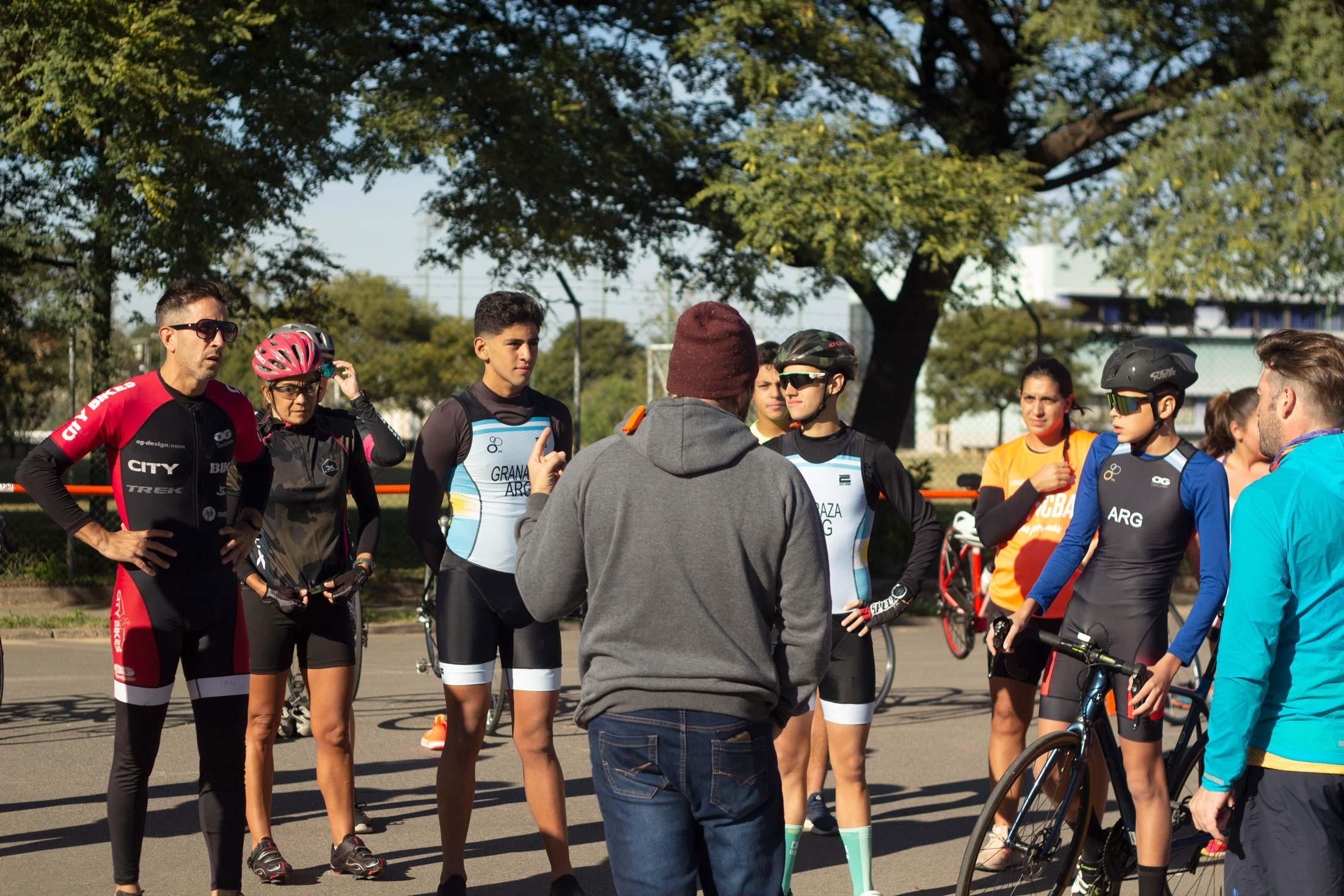 Alejandro Gonzáles con un grupo de atletas